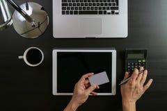 Concetto di acquisto del Internet Vista superiore delle mani che funzionano con il calcula Fotografia Stock