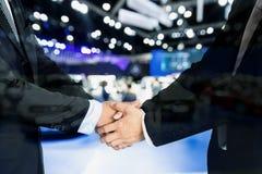 Concetto di affari automatici, di vendita dell'automobile, di affare, di gesto e della gente - Clos fotografie stock libere da diritti