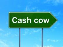 Concetto di affari: Cash cow sul fondo del segnale stradale Immagine Stock
