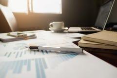 Concetto di affari con lo spazio della copia Tavola della scrivania con il foc della penna Immagini Stock