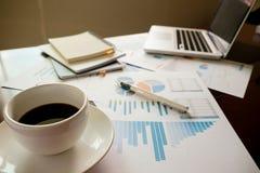 Concetto di affari con lo spazio della copia Tavola della scrivania con il foc della penna Fotografia Stock