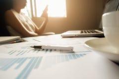 Concetto di affari con lo spazio della copia Tavola della scrivania con il foc della penna Fotografie Stock