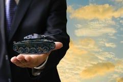 Concetto di affari di guerra, carro armato di guerra di offerta dell'uomo d'affari Fotografia Stock Libera da Diritti