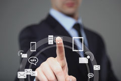 Concetto di affari, di tecnologia, di Internet e della rete - uomo d'affari che preme bottone con il contatto sugli schermi virtu fotografia stock