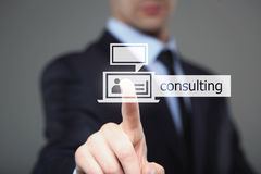 Concetto di affari, di tecnologia, di Internet e della rete - uomo d'affari che preme bottone consultantesi sugli schermi virtual Fotografie Stock Libere da Diritti