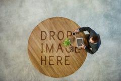 Concetto di affari di Thinking Tablet Coffee dell'uomo d'affari fotografia stock
