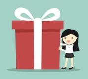 Concetto di affari, donna di affari che tiene un grande contenitore di regalo per il festival di Natale Fotografie Stock