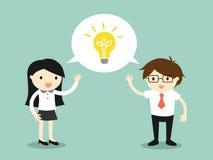 Concetto di affari, donna di affari ed uomo d'affari parlanti la stessa idea Fotografia Stock Libera da Diritti