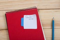 concetto di affari e di ricordo - testo di scopi 2019 con la carta per appunti, il blocco note e la matita del bastone immagini stock