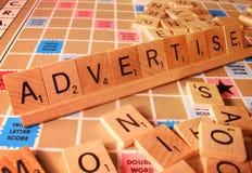 Concetto di affari - faccia pubblicità alla parola di Scrabble Immagini Stock