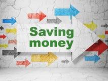 Concetto di affari: freccia con i soldi di risparmio sul fondo della parete di lerciume Fotografia Stock Libera da Diritti