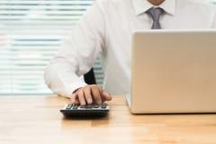 Concetto di affari di funzionamento dell'ufficio, uomo d'affari facendo uso del calcolatore immagine stock