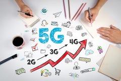 concetto di affari 5G La riunione alla tavola bianca dell'ufficio Immagine Stock
