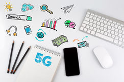 concetto di affari 5G Tavola della scrivania con il computer, Smartphone, blocco note, matite Immagine Stock