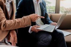 Concetto di affari Gente di affari che discute i grafici e il grap Fotografia Stock