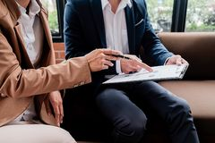 Concetto di affari Gente di affari che discute i grafici e il grap Immagini Stock