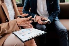 Concetto di affari Gente di affari che discute i grafici e il grap Fotografie Stock
