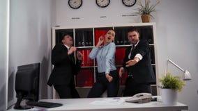 Concetto di affari - gruppo felice di affari che celebra vittoria e ballo in ufficio