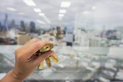 Concetto di affari - la gente tiene la serratura per la chiave di successo Immagini Stock