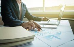 Concetto di affari, le giovani mani degli uomini di affari che funzionano con il computer portatile Fotografia Stock