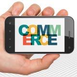 Concetto di affari: Mano che tiene Smartphone con il commercio su esposizione Immagini Stock