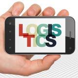Concetto di affari: Mano che tiene Smartphone con la logistica su esposizione Immagine Stock