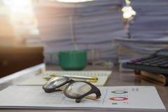 Concetto di affari, mucchio dei documenti non finiti sulla scrivania Fotografia Stock Libera da Diritti