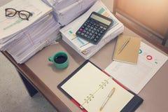 Concetto di affari, mucchio dei documenti non finiti sulla scrivania Fotografie Stock Libere da Diritti