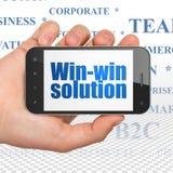 Concetto di affari: Passi la tenuta dello Smartphone con la soluzione vantaggiosa per entrambe le parti su esposizione Immagini Stock