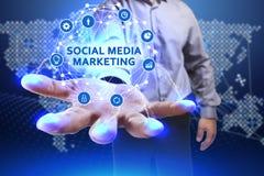 Concetto di affari, di tecnologia, di Internet e della rete Giovane busine Immagini Stock