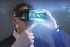 Concetto di affari, di tecnologia, di Internet e della rete Il giovane uomo d'affari che lavora in vetri di realtà virtuale vede  immagini stock