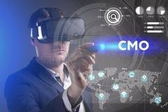 Concetto di affari, di tecnologia, di Internet e della rete Il giovane uomo d'affari che lavora in vetri di realt? virtuale vede  fotografie stock libere da diritti