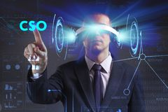 Concetto di affari, di tecnologia, di Internet e della rete Il giovane uomo d'affari che lavora in vetri di realt? virtuale vede  immagine stock libera da diritti