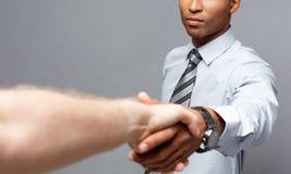 Concetto di affari - un primo piano di due genti di affari sicure che stringono le mani nel corso di una riunione Fotografie Stock Libere da Diritti