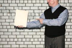 Concetto di affari Un uomo tiene un piatto vuoto Fotografie Stock Libere da Diritti