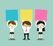 Concetto di affari, uomo d'affari e donne di affari che tengono le note appiccicose variopinte con fondo verde Illustrazione di v Fotografia Stock