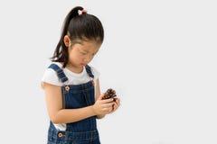 Concetto di agricoltura biologica, agricoltore asiatico del bambino, su fondo bianco Immagine Stock