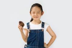 Concetto di agricoltura biologica, agricoltore asiatico del bambino, su fondo bianco Immagini Stock Libere da Diritti