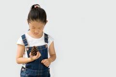 Concetto di agricoltura biologica, agricoltore asiatico del bambino, su fondo bianco Fotografie Stock