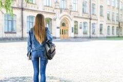 Concetto di aiuto della gente della persona di aiuto dell'apprendista Parte posteriore dietro la vista p fotografia stock libera da diritti