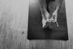 Concetto di allenamento di salute di pratica di yoga dell'uomo Fotografia Stock Libera da Diritti