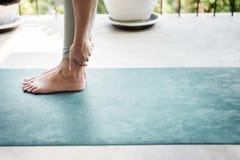 Concetto di allenamento di salute di pratica di yoga dell'uomo Immagini Stock Libere da Diritti