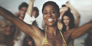 Concetto di amicizia di estate di divertimento di godimento della spiaggia della gente Fotografie Stock