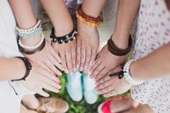 Concetto di amicizia, di unità, del gruppo e della gente - vicino su degli studenti o degli adolescenti con le mani all'aperto Fotografie Stock