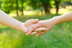 Concetto di amicizia e di amore - mani fotografia stock libera da diritti