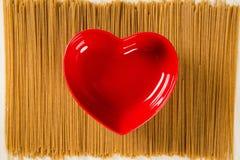 Concetto di amore Ciotola rossa del cuore Fotografia Stock