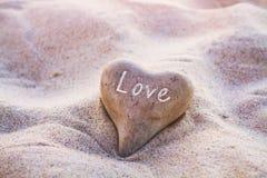 Concetto di amore, cuore sulla sabbia fotografia stock libera da diritti