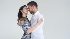 Concetto di amore, delle relazioni e di ballare sociale Giovani belle coppie che ballano ballo sensuale su un fondo bianco video d archivio