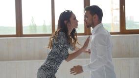 Concetto di amore, delle relazioni e di ballare sociale Giovani coppie di bellezza che ballano ballo sociale su fondo bianco archivi video