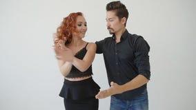 Concetto di amore e delle relazioni Bello giovane dancing delle coppie in una stanza bianca video d archivio